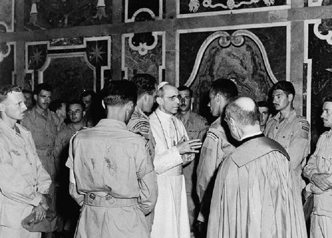 Brytyjscy żołnierze podczas spotkania zPiusem XII tuż powyzwoleniu Rzymu.