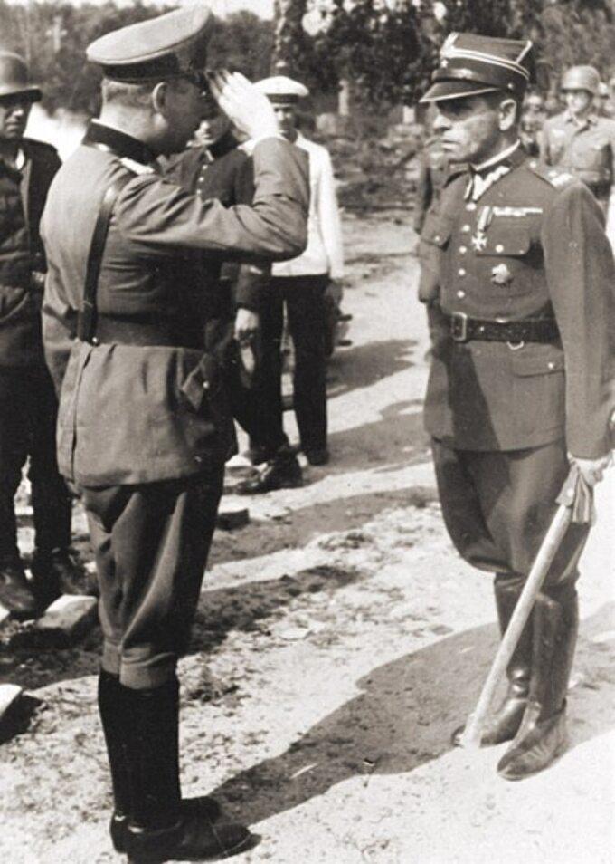 Gen. Friedrich Eberhardt salutuje przed mjr. Henrykiem Sucharskim podczas rozmów opoddaniu Westerplatte