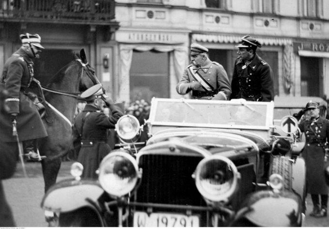 Marszałek Józef Piłsudski wtowarzystwie Józefa Becka przyjmuje raport odwiceministra spraw wojskowych gen. Daniela Konarzewskiego (na koniu)