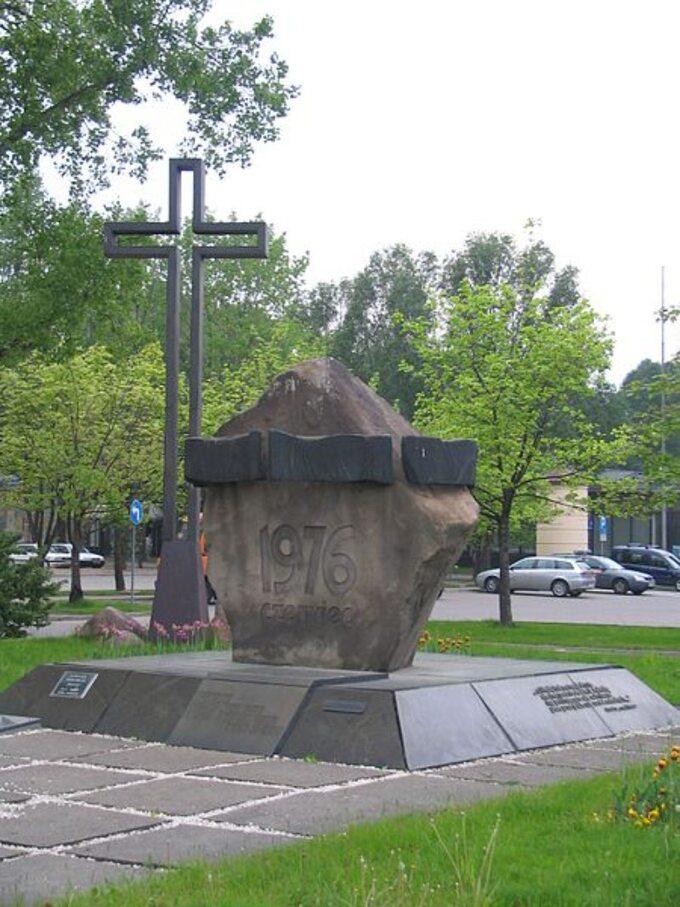 Pomnik naplacu Czerwca '76 przed Urzędem dzielnicy Ursus