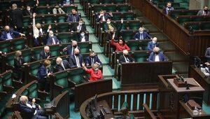 Sondaż: PiS niezmiennie liderem. Trwa walka między Hołownią a KO