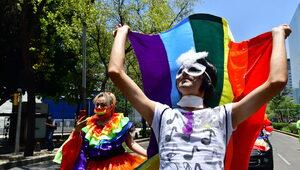 Ozdoba: KE może tylnymi drzwiami wprowadzić w Polsce homomałżeństwa