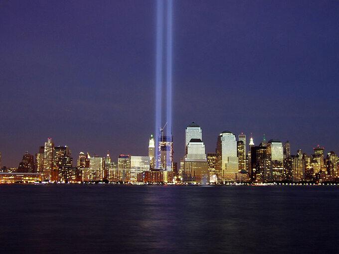 Słupy światła symbolizujące dwie wieże World Trade Center