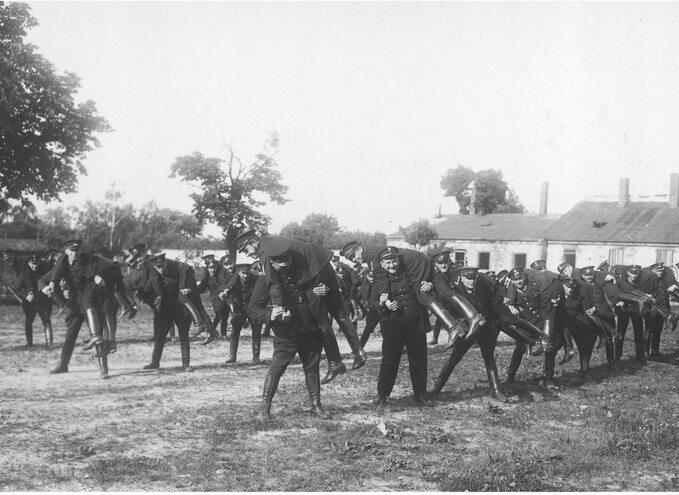 Przedwojenni policjanci polscy podczas ćwiczeń.