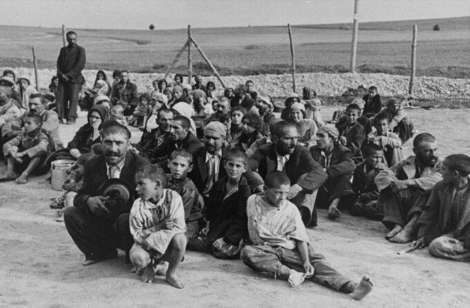 Ludność romska wobozie wBełżcu.