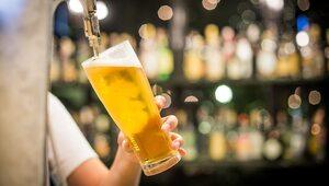 Mniej reklam piwa w telewizji. Nowy pomysł resortu zdrowia