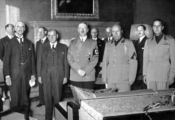 Od lewej: Neville Chamberlain, Édouard Daladier, Adolf Hitler iBenito Mussolini – sygnatariusze układu monachijskiego. Zprawej Galeazzo Ciano, 29 września 1938.