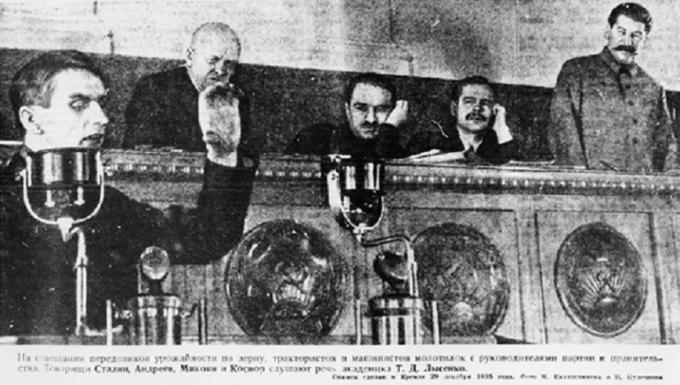Wysocy towarzysze partyjni słuchają przemówienia Trofima Łysenki. Drugi odlewej Stanisław Kosior