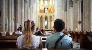 Koronawirus: Dlaczego w sklepie może być więcej osób niż w kościele?