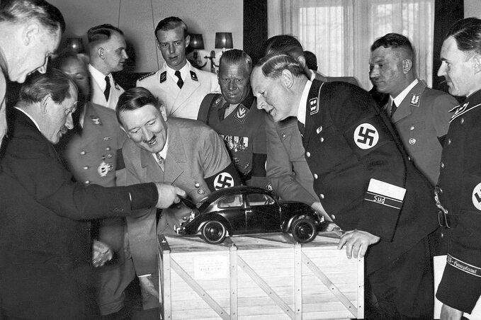 Ferdinand Porsche prezentuje Adolfowi Hitlerowi model volkswagena