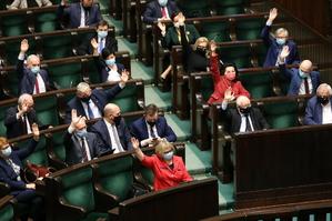 PiS wciąż silne, nawet bez koalicjantów. Budce udało się wyprzedzić...
