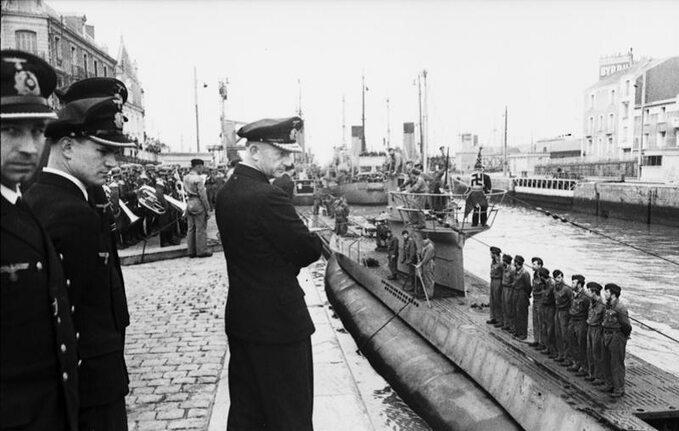Admirał Karl Dönitz obserwuje przybycie okrętu U-94 doportu wSt. Nazaire. Czerwiec 1941r.