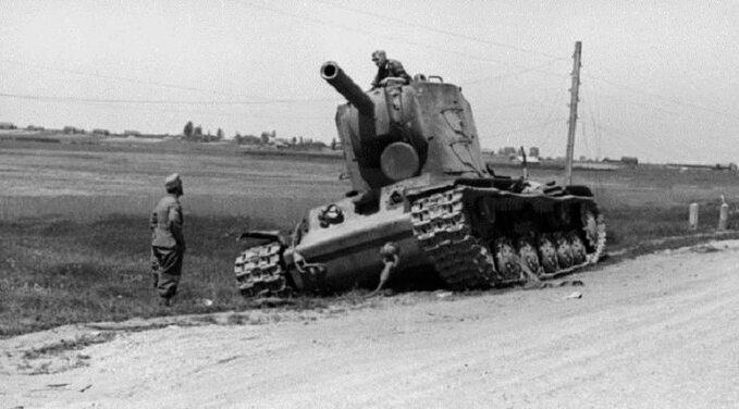 Zniszczony sowiecki czołg KW-2. Czerwiec 1941r.