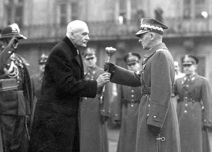 Prezydent RP Ignacy Mościcki przekazuje Marszałkowi Edwardowi Śmigłemu-Rydzowi buławę marszałkowską. Warszawa, 10 listopada 1936r.