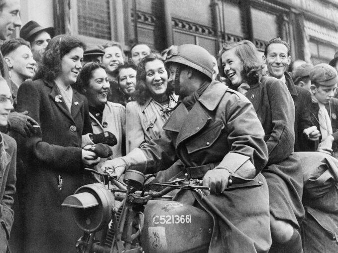 Polski żołnierz z1. Dywizji Pancernej witany wBredzie przez mieszkanki miasta