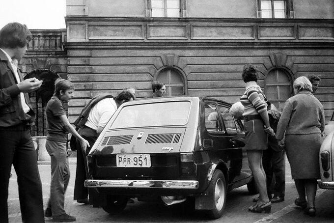 Fiat 126p wywoływał wielkie zainteresowanie. Ostrów Wielkopolski, 1973 rok