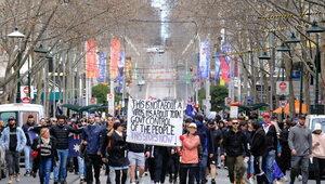"""""""Zrzuć maskę! Daj usłyszeć swój głos!"""". Australia: Fala protestów..."""