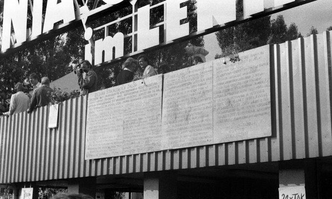 Tablice zpostulatami strajkujących stoczniowców wywieszone nabramie Stoczni Gdańskiej