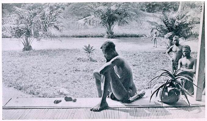 Ojciec patrzy naodciętą dłoń istopę córki. Tokara wymierzona przez żołnierzy zazebranie zbyt małej ilości kauczuku. Fotografia wykonana wBaringa wKongo, wmaju 1904r.