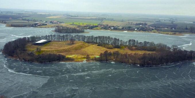 Ostrów Lednicki -wyspa najeziorze Lednica, naktórej znajdował się gród, wktórym Mieszko Iprawdopodobnie przyjął chrzest