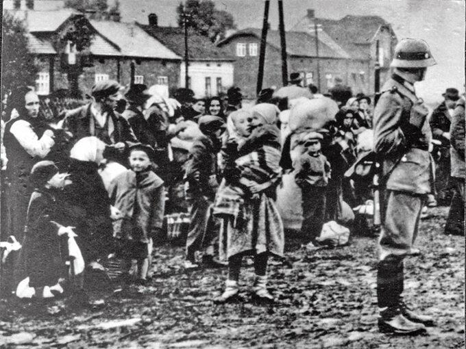 Mieszkańcy jednej zwiosek Zamojszczyzny podczas wysiedlenia
