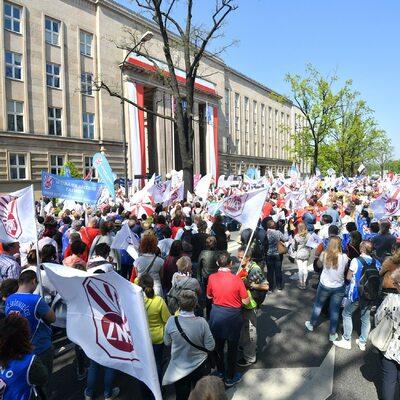 """Protest ZNP pod hasłem """"Mamy dość!"""" przed MEN"""