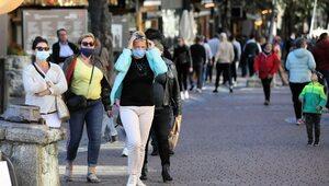 Maski i dystans mogą powstrzymać pandemię? Badacze: Jest warunek