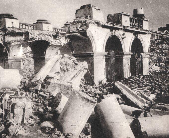 Pałac Saski powysadzeniu przez Niemców. Widoczny fragment kolumnady zGrobem Nieznanego Żołnierza, 1944r.