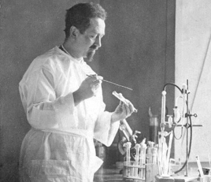 Prof. Rudolf Weigl podczas pracy