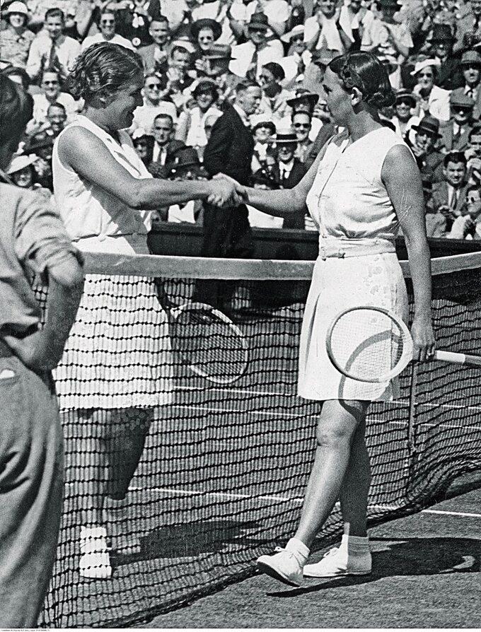 Jadwiga Jędrzejowska (z prawej) poprzegranej zDorothy Round wfinale Wimbledonu w1937r.