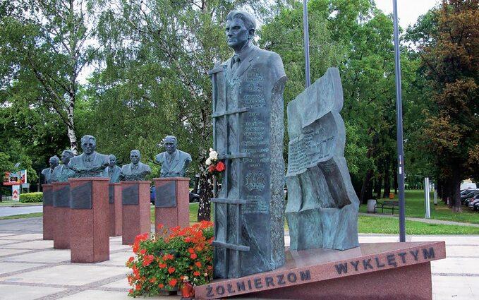 Pomnik Żołnierzy Wyklętych wRzeszowie. Napierwszym planie popiersie ppłk Łukasza Cieplińskiego.