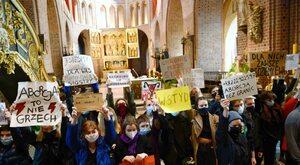 Barbarzyńcy za bramą, czyli czysty amok w kościołach
