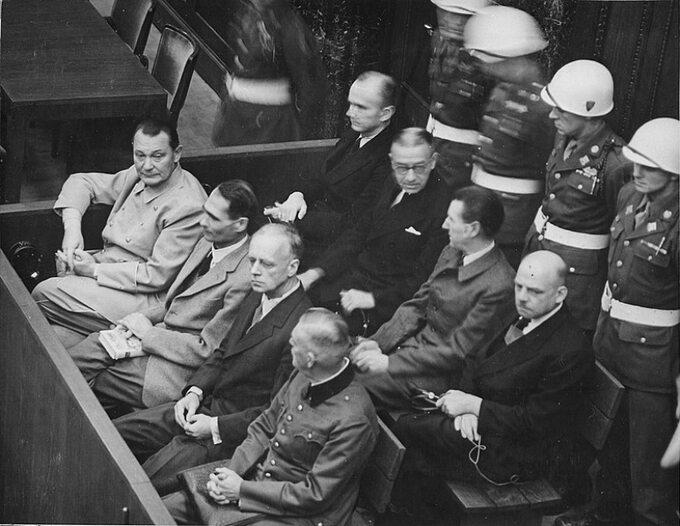 Ława oskarżonych wNorymberdze. Odlewej wpierwszym rzędzie: Göring, Hess, Ribbentrop, Keitel, wdrugim rzędzie: Dönitz, Raeder, Schirach, Sauckel