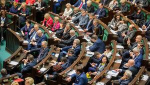 Sondaż: PiS wciąż liderem, ale traci poparcie. SLD trzecią siłą w Sejmie
