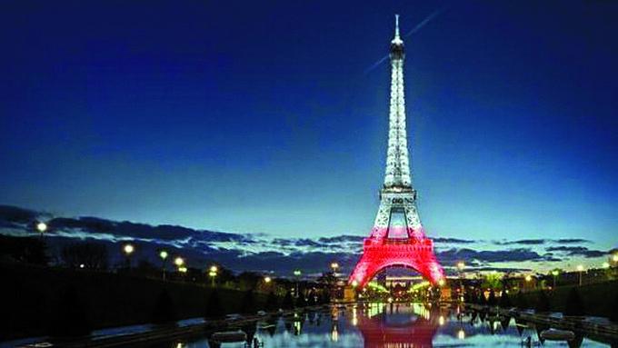 Wlistopadzie 2018r. nabiało-czerwono podświetlano najważniejsze obiekty naświecie wtym paryską wieżę Eiffla