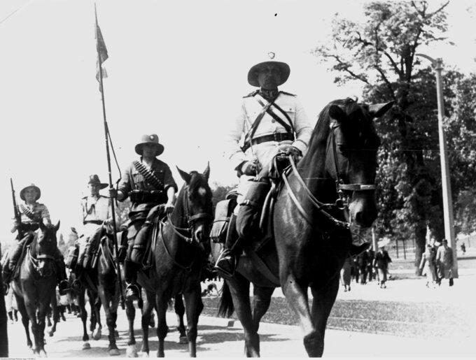 Paramilitarny oddział konny Ligi Morskiej iKolonialnej mający pełnić służbę naprzyszłych koloniach Polski. Parada wToruniu w1939r.