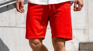 Letni antyregulamin. Toples poza plażą, skarpety z sandałami