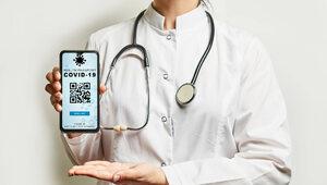 Kwitnie handel fałszywymi kartami szczepień. Jaka jest ich cena?