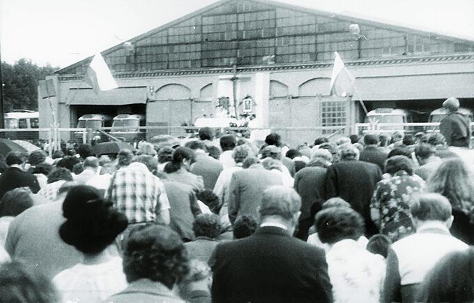 Msza św. naterenie zajezdni autobusowej nr 7 przy ul. Grabiszyńskiej podczas strajki solidarnościowego zrobotnikami zWybrzeża, 1980r.