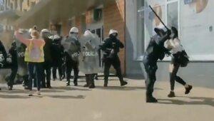 Protest przeciwko obostrzeniom w Głogowie. Policjant uderzył pałką kobietę