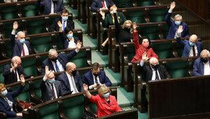 Sondaż: PiS wciąż silne, nawet bez koalicjantów. Budce udało się...