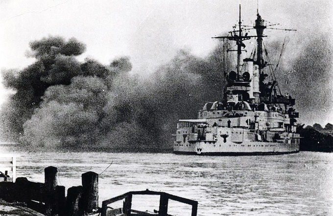 Pancernik Schleswig-Holstein strzelający wstronę placówki naWesterplatte, 1 września 1939 rok