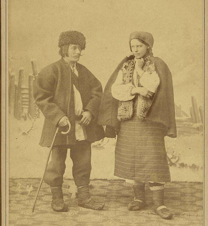 Para Hucułów wstrojach ludowych. Zdjęcie wykonane po1886 roku.