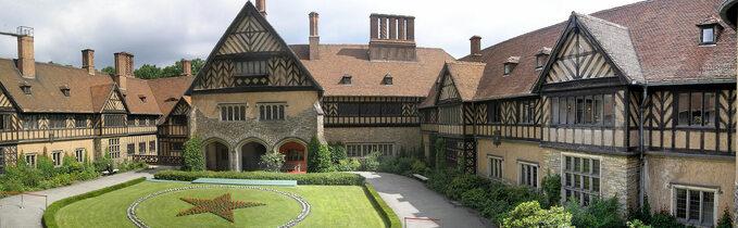 """Pałac Cecilienhof, Poczdam. Miejsce obrad konferencji """"wielkiej trójki""""."""