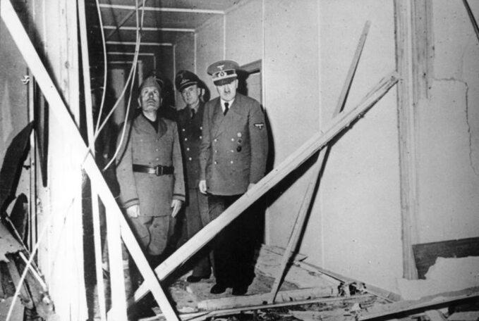 Benito Mussolini iAdolf Hitler oglądają pomieszczenie, gdzie dokonano nieudanego zamachu