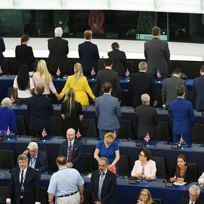 """Dwoje europosłów PiS nie wstało do """"hymnu"""" UE. Fala komentarzy w mediach..."""