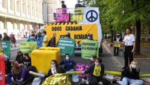 Protest pod ministerstwem. Aktywistka ma pocieszenie dla górników,...