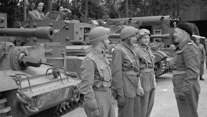 Gen. Maczek (po prawo) iżołnierze 1. Dywizji Pancernej