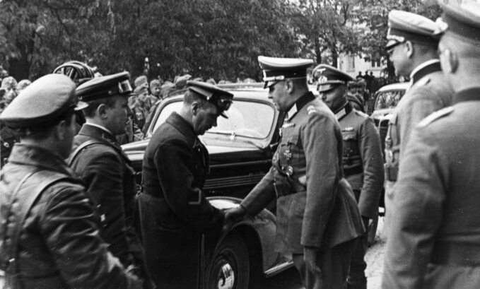 Wojska sowieckie iniemieckie witają się wLublinie, 1939 rok