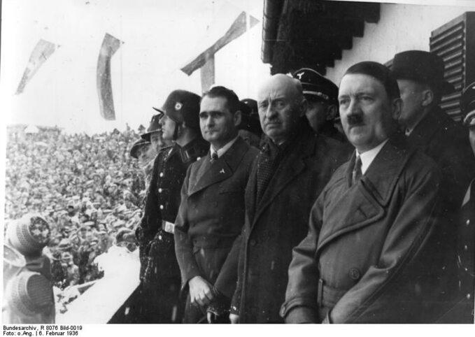 Rudolf Hess (w środku) iAdolf Hitler podczas otwarcia zimowej olimpiady w1936r.